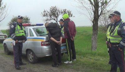 На Дніпропетровщині працівники ДАІ затримали молодиків, які викрали автомобіль (вiдео)